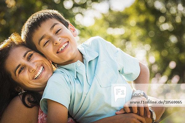 Außenaufnahme umarmen Sohn Mutter - Mensch freie Natur