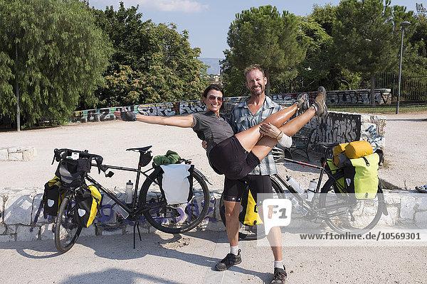Mann Freundin tragen Reise Fahrrad Rad