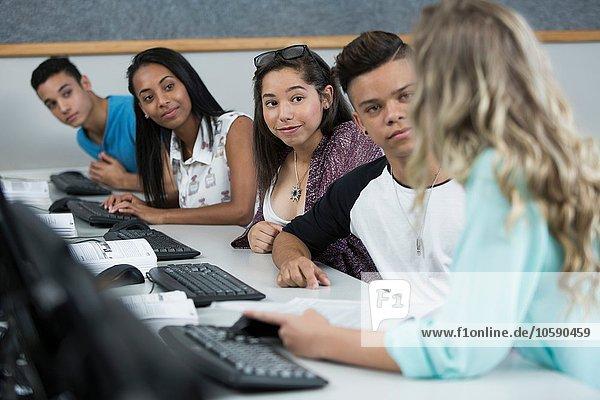 Reihe von Gymnasiasten im Computerunterricht