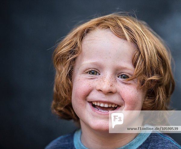 Porträt eines kleinen Jungen  rotes Haar  Nahaufnahme