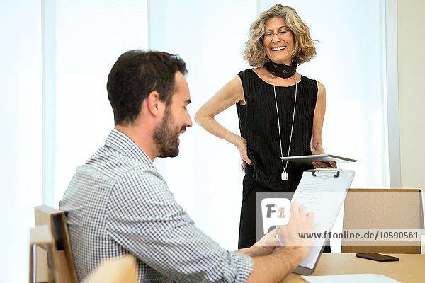 Brainstorming von männlichen und weiblichen Designern am Vorstandstisch