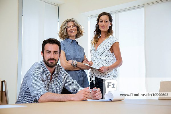 Porträt eines Geschäftsmannes und zweier Amtskolleginnen