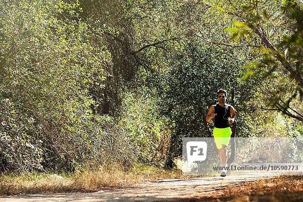 Jogger läuft im Park