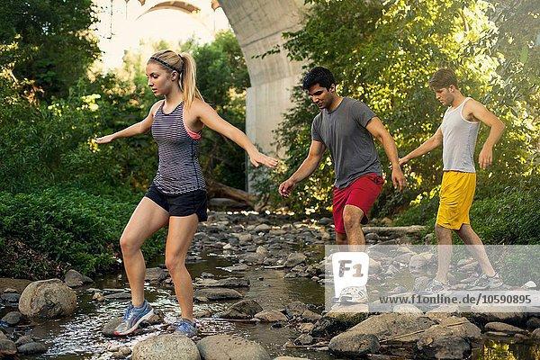 Jogger überqueren den Bach unter der Bogenbrücke  Arroyo Seco Park  Pasadena  Kalifornien  USA