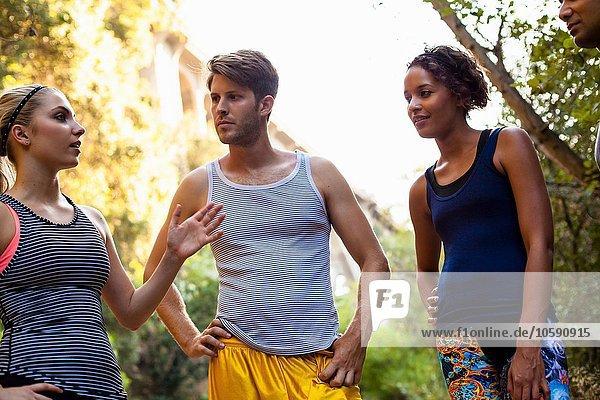 Jogger stehen und plaudern  Arroyo Seco Park  Pasadena  Kalifornien  USA