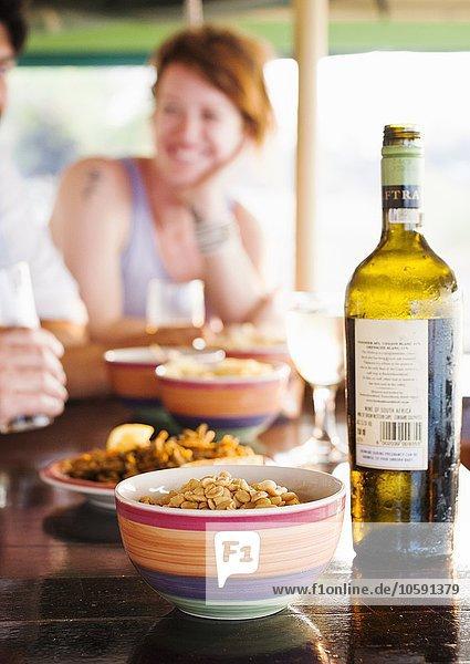Paar beim Essen am Restauranttisch