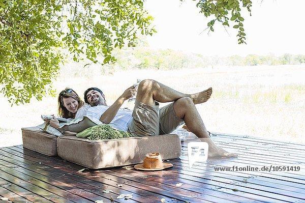 Paar auf Sitzen in der Safari Lodge  Kafue National Park  Sambia