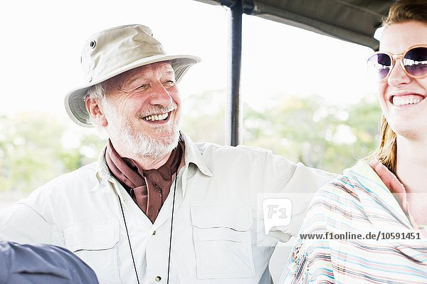 Senior Mann und Tochter auf Allrad-Safari  Kafue Nationalpark  Sambia