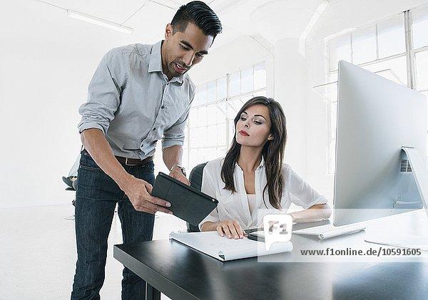 Geschäftsleute  die im Büro am Computer arbeiten