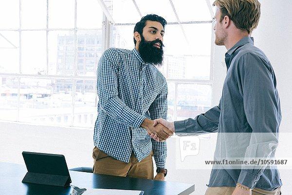 Geschäftsleute schütteln sich beim Treffen die Hand