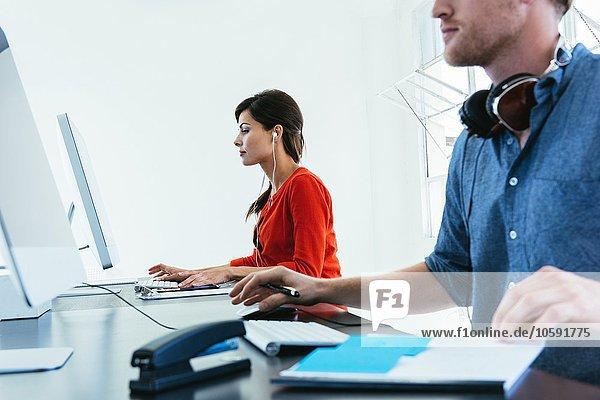 Geschäftsleute  die am Computer arbeiten  pro Bürofenster