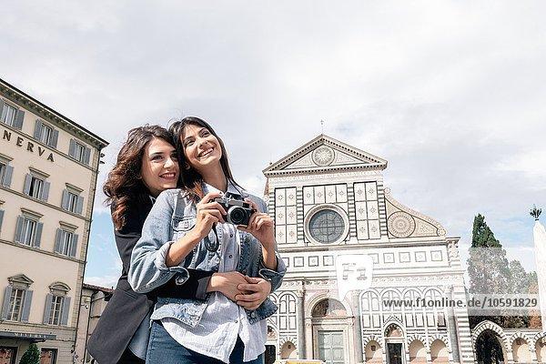Lesbenpaar mit Digitalkamera vor der Kirche  Piazza Santa Maria  Novella Florenz  Toskana  Italien