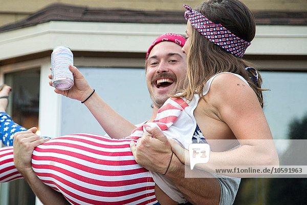 Paar in amerikanischem Flaggenkostüm zum Unabhängigkeitstag  USA