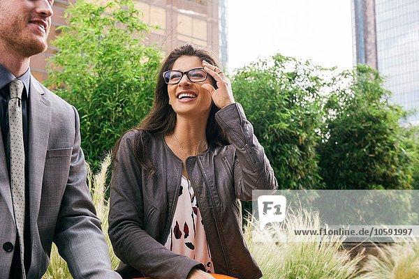 Geschäftsmann und Frau im Gespräch in der Stadt