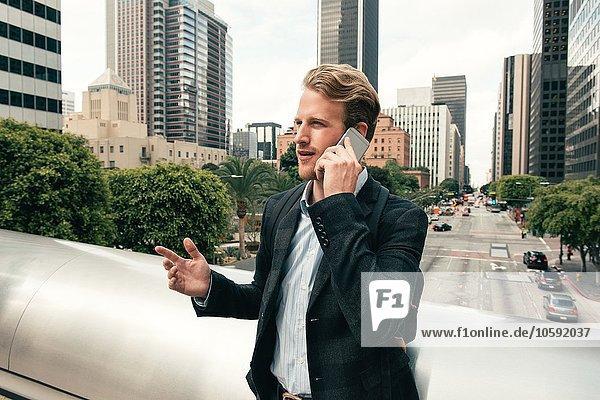 Geschäftsmann im Gespräch auf dem Smartphone von der Fußgängerbrücke  Los Angeles  USA