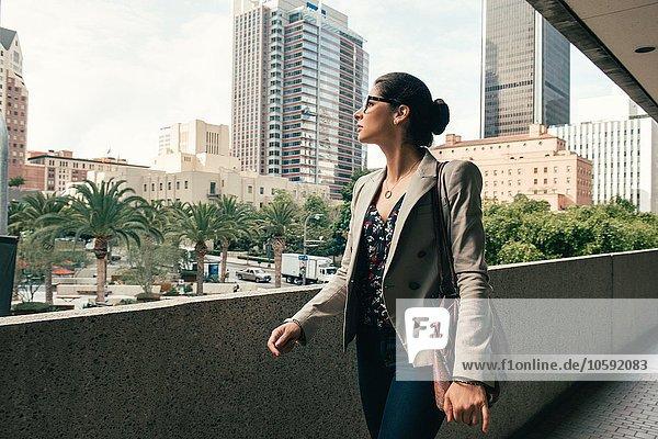 Geschäftsfrau mit Blick vom Gehweg  Los Angeles  USA