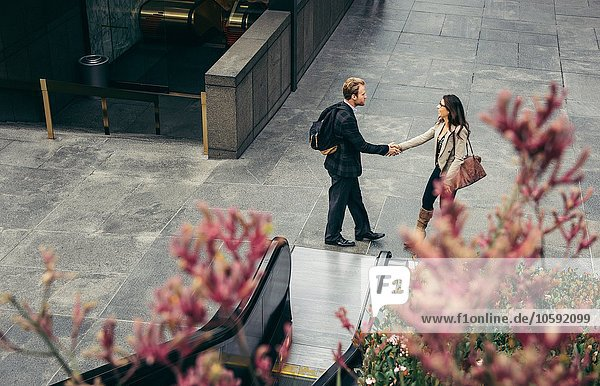Großansicht des Geschäftsmannes und der Frau beim Händeschütteln in der Stadt