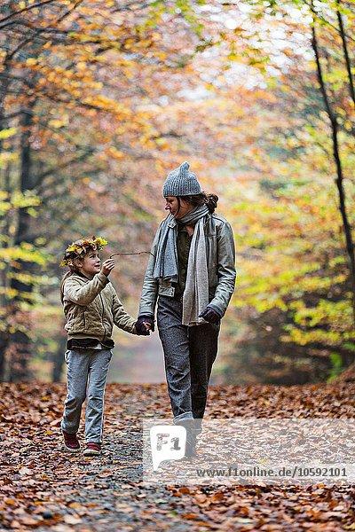 Mutter und Tochter wandern im Herbstwald