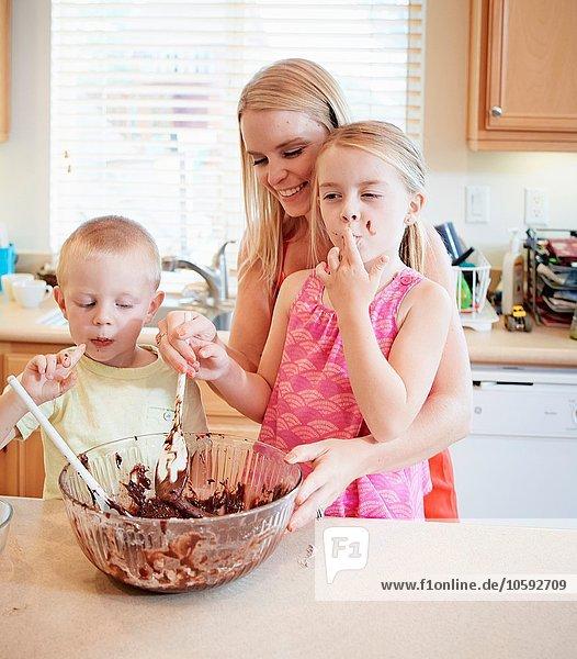 Familienschmelzende Schokolade in der Rührschüssel
