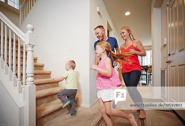 Familie läuft zu Hause die Treppe hinauf