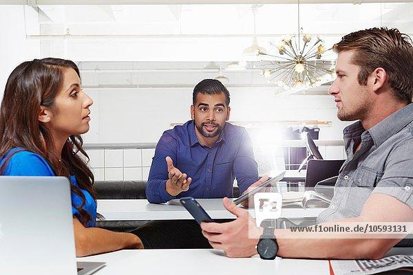 Kleine Gruppe von Menschen mit Geschäftsbesprechungen  männliche und weibliche Kollegen mit Enttäuschungen
