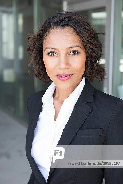 Porträt einer jungen Geschäftsfrau  draußen
