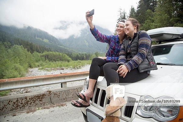 Wanderer nehmen Selfie mit Smartphone auf der Motorhaube  Lake Blanco  Washington  USA