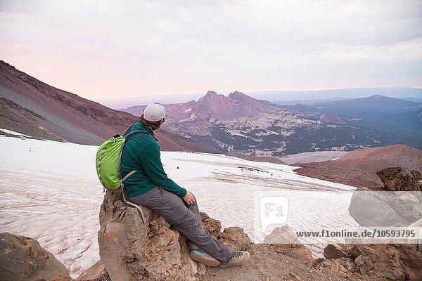 Junger Mann auf dem Gipfel des South Sister Vulkans  Bend  Oregon  USA