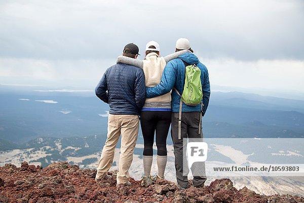 Drei Freunde  die auf dem Gipfel des South Sister Vulkans stehen und die Aussicht betrachten  Bend  Oregon  USA