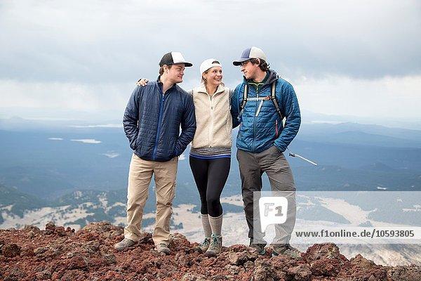 Drei Freunde auf dem Gipfel des South Sister Vulkans  Bend  Oregon  USA