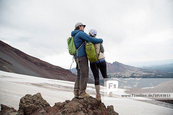 Junges Paar auf dem Gipfel des South Sister Vulkans  Bend  Oregon  USA