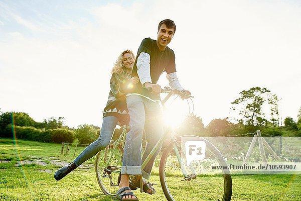 Porträt eines jungen Paares auf dem Fahrrad