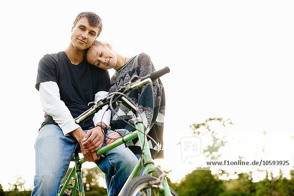 Porträt eines romantischen jungen Paares mit Fahrrad