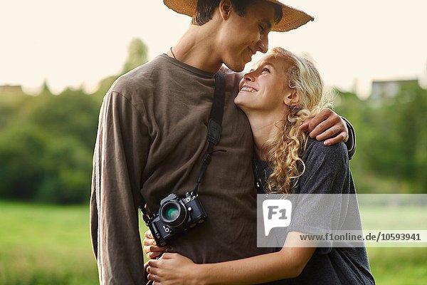 Romantisches junges Paar im ländlichen Raum