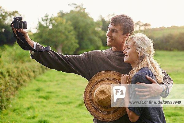 Junges Paar beim Selbstporträt im ländlichen Raum