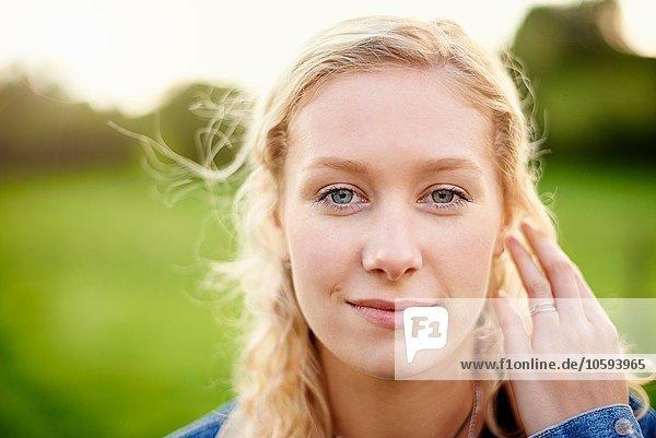 Nahaufnahme Porträt einer jungen Frau mit blonden Haaren