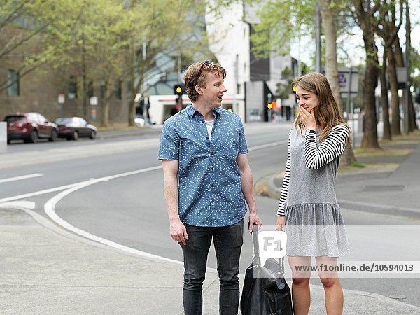 Junges Paar trägt Tasche zusammen auf der Straße  Melbourne  Victoria  Australien