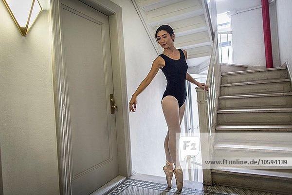 nebeneinander neben Seite an Seite Treppenhaus Auf Zehenspitzen gehen Auf Zehenspitzen stehen Zehenspitze Balletttänzerin