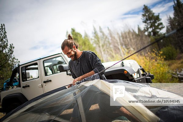 Junger Mann beim Zelten im Wald  Lake Tahoe  Nevada  USA