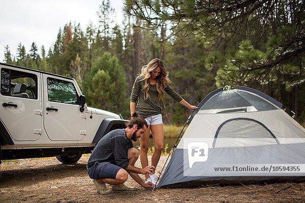Junges Paar beim Zelten im Wald  Lake Tahoe  Nevada  USA