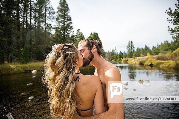 Romantisches junges Paar beim Küssen im Fluss  Lake Tahoe  Nevada  USA
