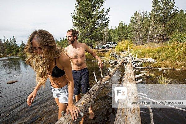 Junges Paar überquert Fluss  Lake Tahoe  Nevada  USA
