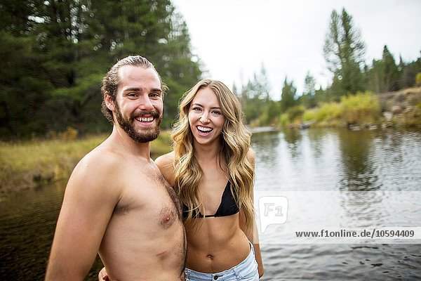 Porträt eines jungen Paares in River  Lake Tahoe  Nevada  USA