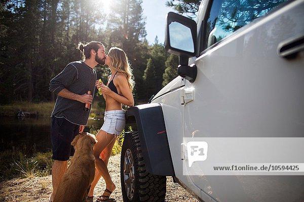 Romantisches junges Paar beim Küssen am Flussufer  Lake Tahoe  Nevada  USA