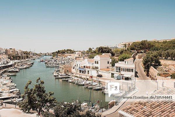Erhöhter Blick auf Boote und Hafen  Ciutadella  Menorca  Spanien