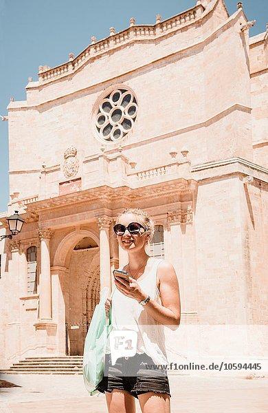 Touristinnen mit Smartphone in Ciutadella  Menorca  Spanien