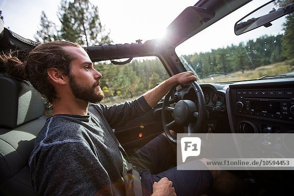 Junger Mann beim Jeepfahren  Lake Tahoe  Nevada  USA