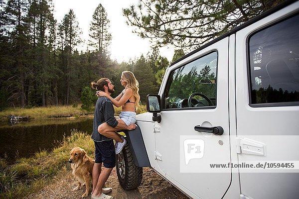 Romantisches junges Paar neben dem Jeep am Flussufer  Lake Tahoe  Nevada  USA