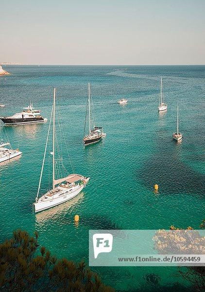 Yachten vor Anker in der Bucht von Cala Macarella  Menorca  Spanien