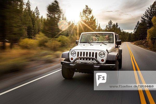 Junges Paar beim Jeepfahren  Lake Tahoe  Nevada  USA